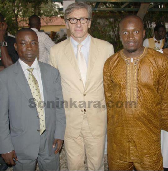 Au milieu, Jean-Christophe RUFIN, ambassadeur de France au Sénégal