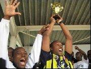 - Le capitaine Lamine Yatera brandit la coupe 2007 -